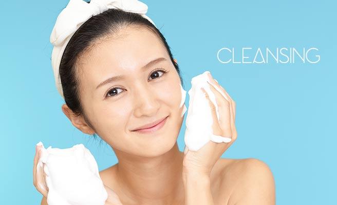クレンジング剤で洗顔する女性