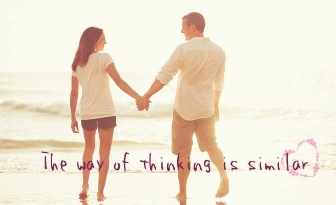 浜辺を手を繋いで歩くカップル