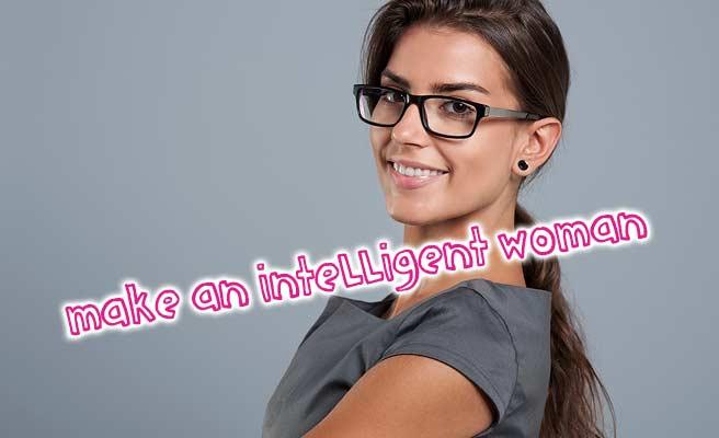 眼鏡をかけて微笑む小麦色の女性