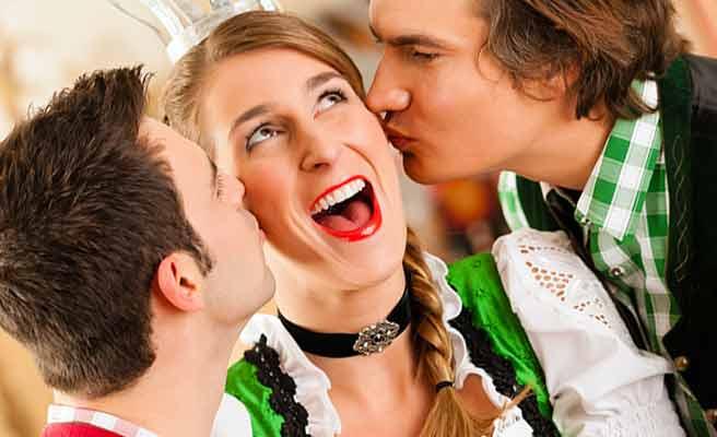 両側から男性にキスされる女性