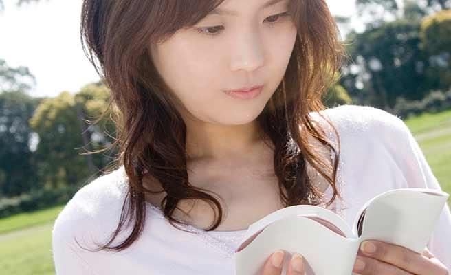 戸外で本を読む女性