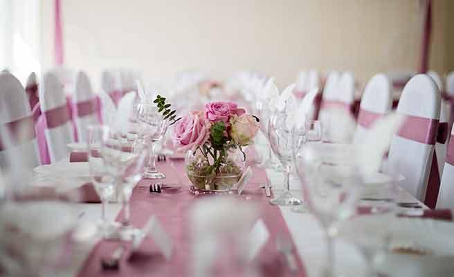 ピンクのテーブルランナー