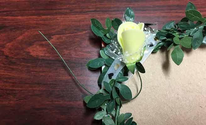 造花をツタのワイヤーに絡ませる