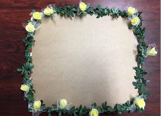 造花と蔦の輪を完成