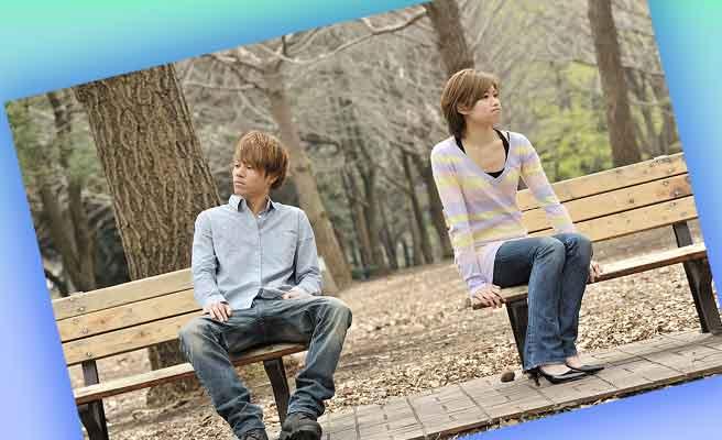 公園で話すカップル