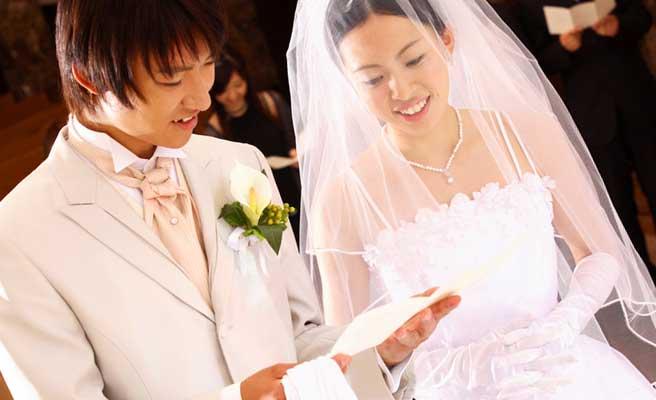 教会で結婚式を挙げる新郎新婦
