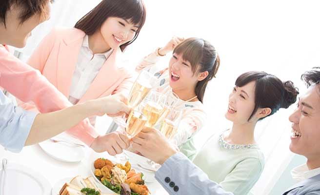 シャンペンで乾杯する男女