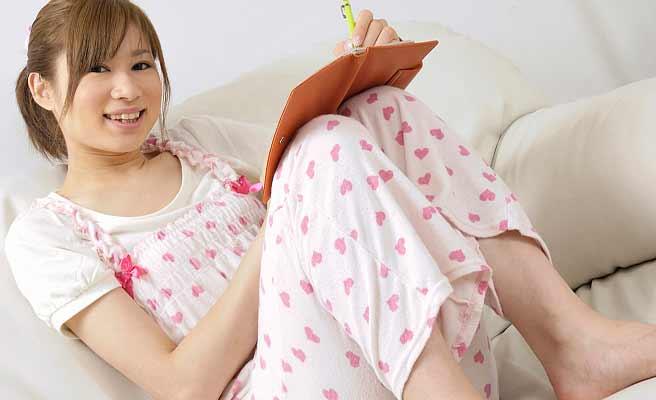 彼氏の家でパジャマで過ごす女性