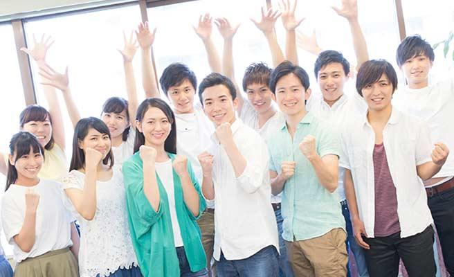 学生が集合してガッツポーズ