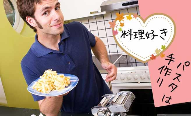 自分で麺を打つ男性