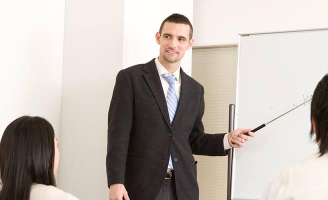 英会話教室で学ぶ男女