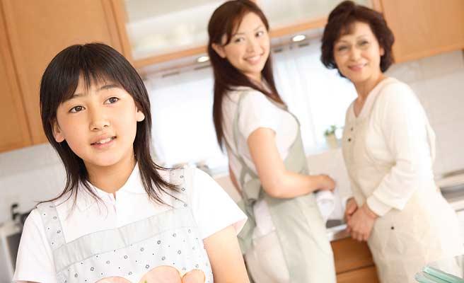 姑と嫁が一緒に台所に立っている