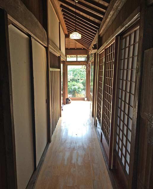 古民家の雰囲気を感じられる廊下。