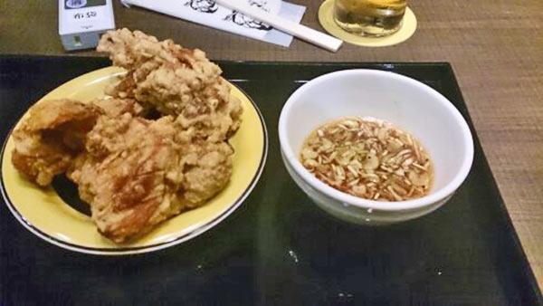 この店のイチオシ鶏の唐揚げ「ザンギ」は特製のタレにつけていただきます♪