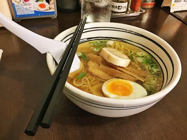 函館塩ラーメン「あじさい」の塩ラーメン。透き通ったスープでこの店の人気NO.1☆
