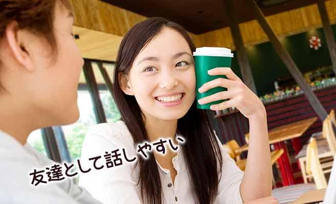 彼女と一緒にカフェで会話する男性