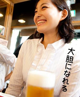 店内で満面の笑顔で受け答えする女性