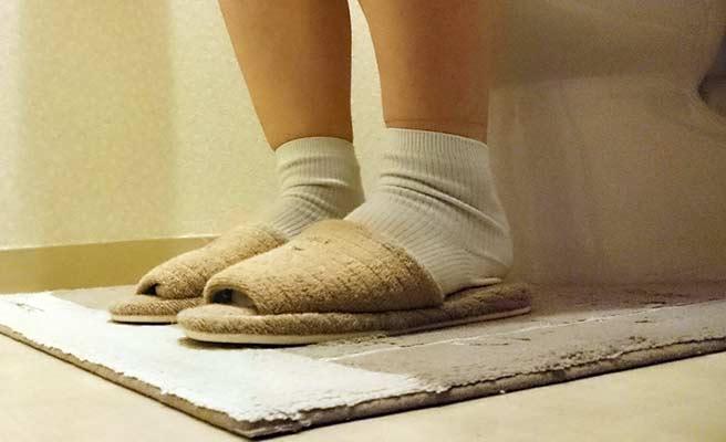 トイレマットの上にスリッパをはいた足をのせる