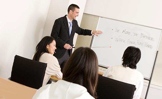 英語教室の授業を受ける男女