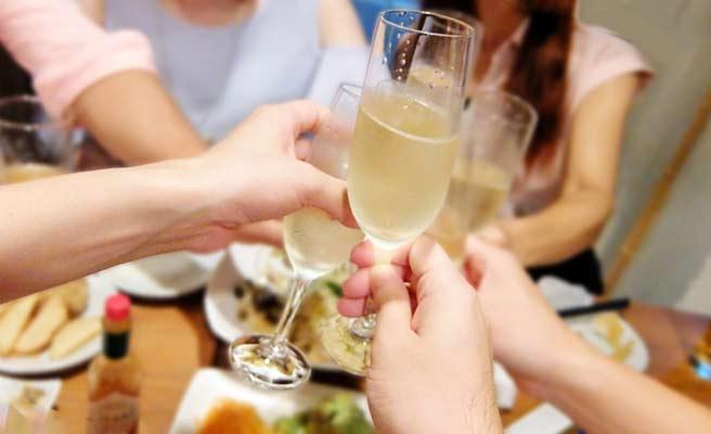 シャンペングラスで乾杯する男女