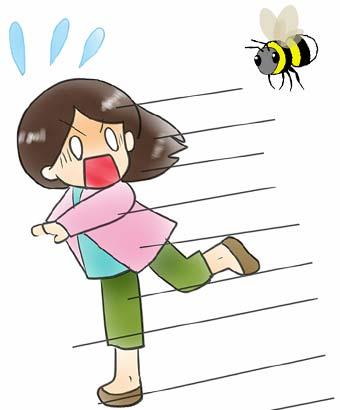 蜂に追いかけられる女性