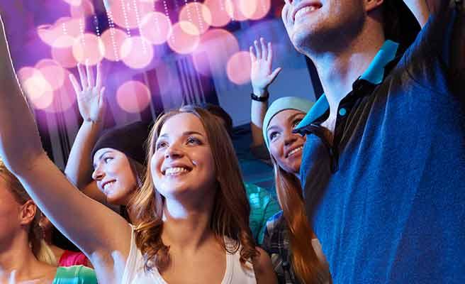 ライブ会場で笑顔で歓声をおくる女性