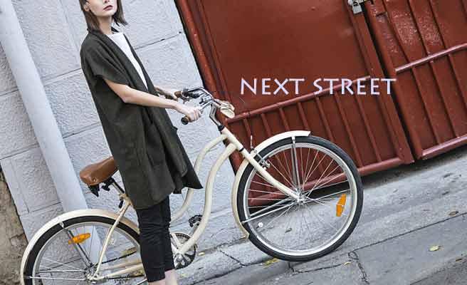 自転車に乗ろうとしてる女性
