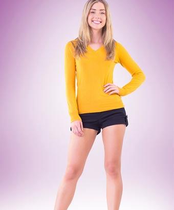 短いショートパンツを履いて笑顔の女性