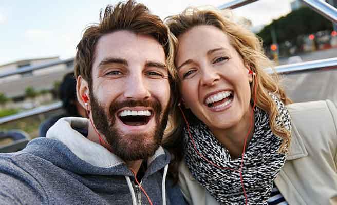 笑顔で盛り上がり顔をよせるカップル
