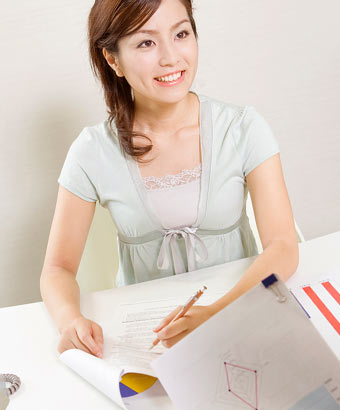 企画書に書き込む女性