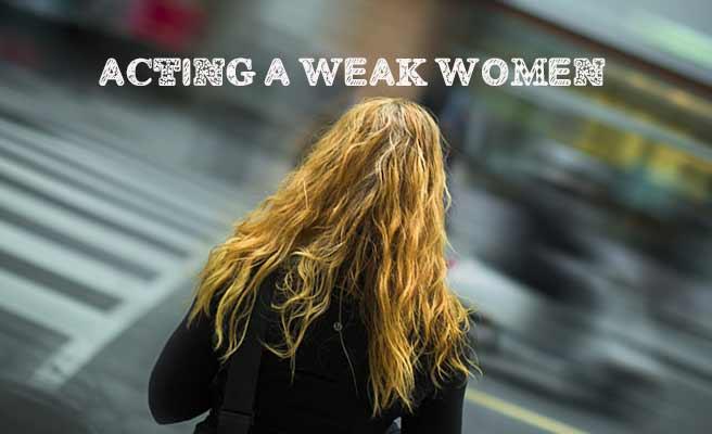 車の流れる車道を一人見つめる女性