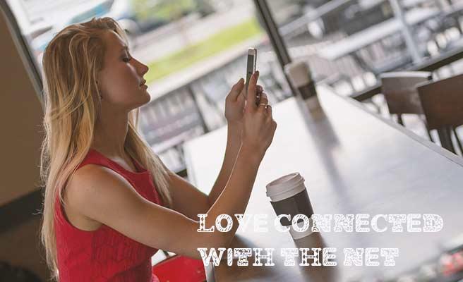カフェで一人スマホを見る女性