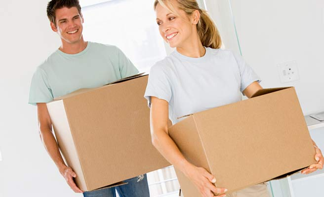 段ボール箱を運ぶカップル