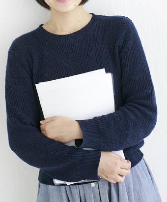 ノートを抱える女子学生