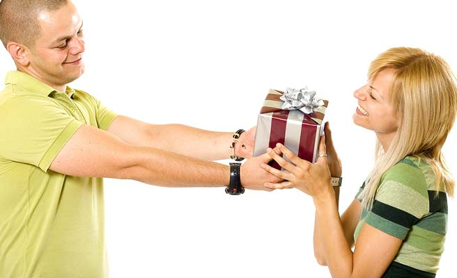 彼女にプレゼントを差し出す男性