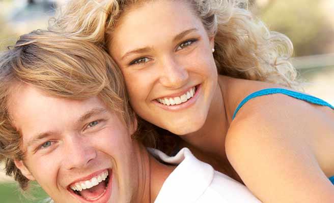 彼氏におんぶして笑顔の女性