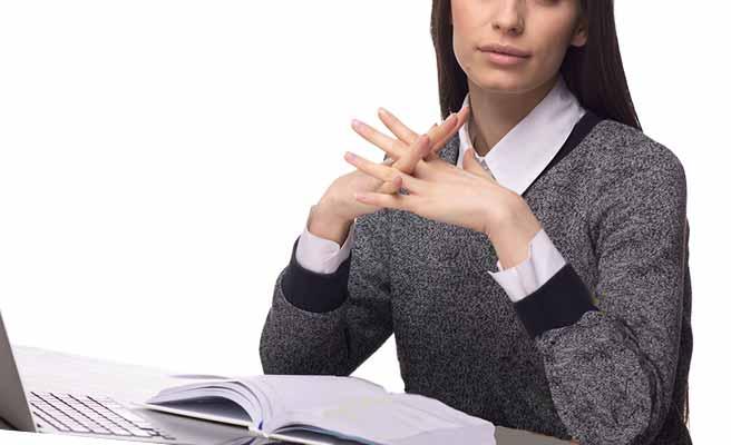 長袖の落ち着いた服を着て読書をしてる女性