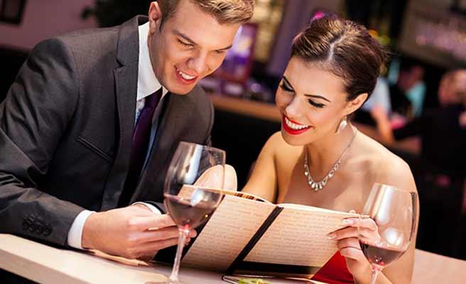 レストランでメニューを見るカップル