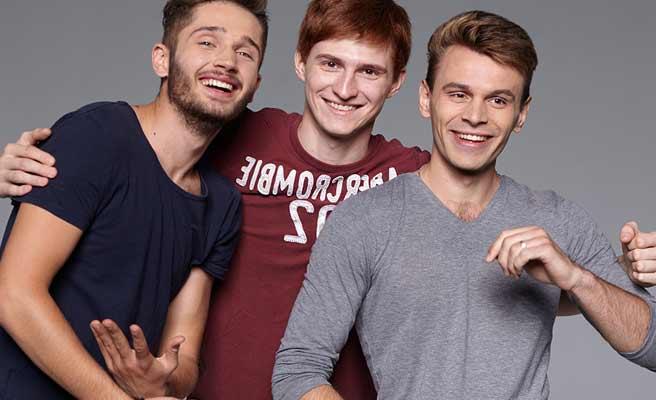 男性3人が肩を組んでいる