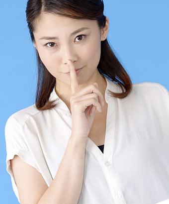 指で口を押さえてる女性