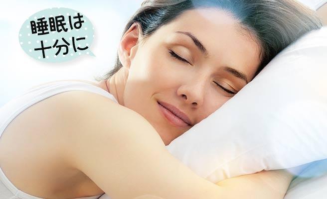 枕を抱きながら眠る女性
