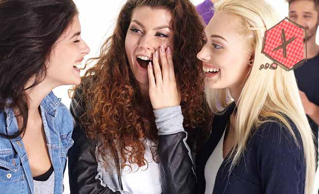 女性三人で噂話をして盛り上がる