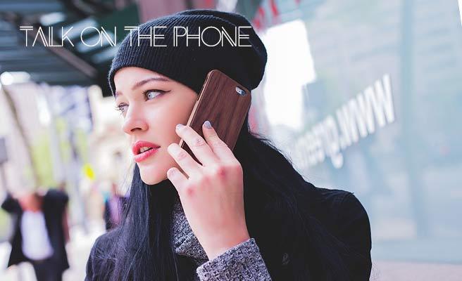 スマホで電話連絡する女性