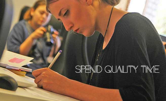 ノートに書きながら勉強する女性
