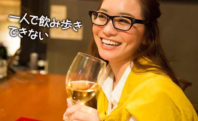 カウンターでワイングラスを傾ける女性