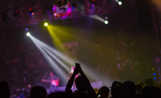 コンサートで応援するファン
