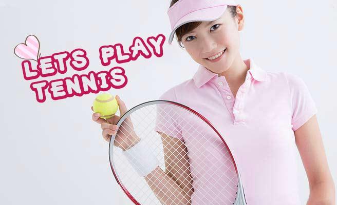 テニスウェアを着てラケットを持つ女性