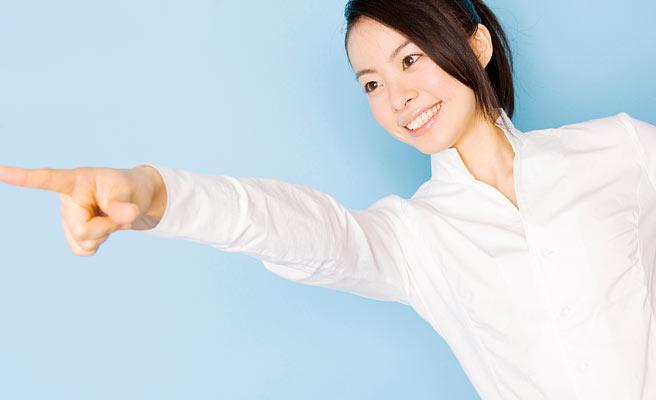 指さすポジティブな女性