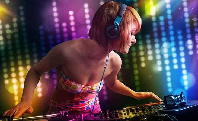 女性DJがダンスミュージックを流す
