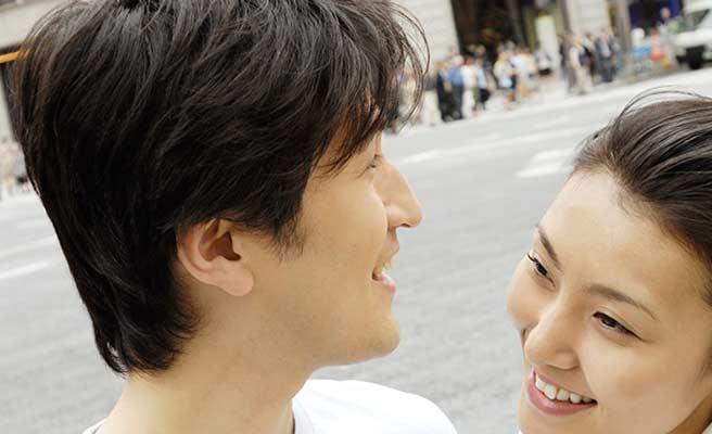 イケメン男性の傍で微笑む女性